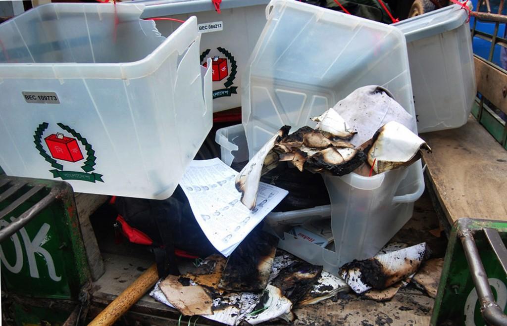 Verbrand verkiezingsmateriaal na een aanval op een stembureau in het noordelijk gelegen stadje Bogra