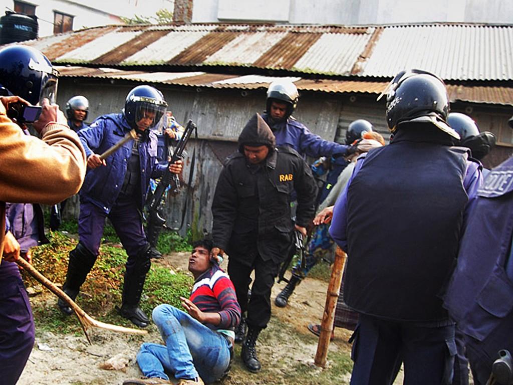 Politie arresteert een man na een aanval op een stembureau in Bogra.
