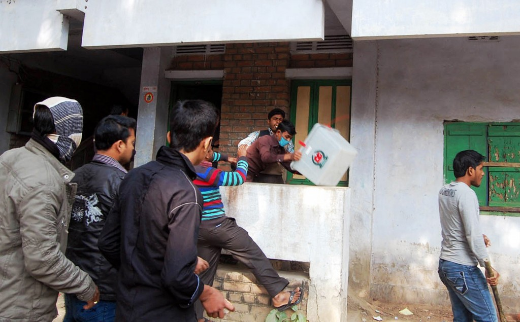 Bengalese mannen vallen een stembureau in Bogra aan.