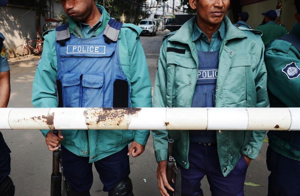 Politieagenten in de hoofdstad Dhaka blokkeren een straat die leidt naar het huis van oppositieleider Khaleda Zia. Zia heeft van de autoriteiten in het land huisarrest gekregen.
