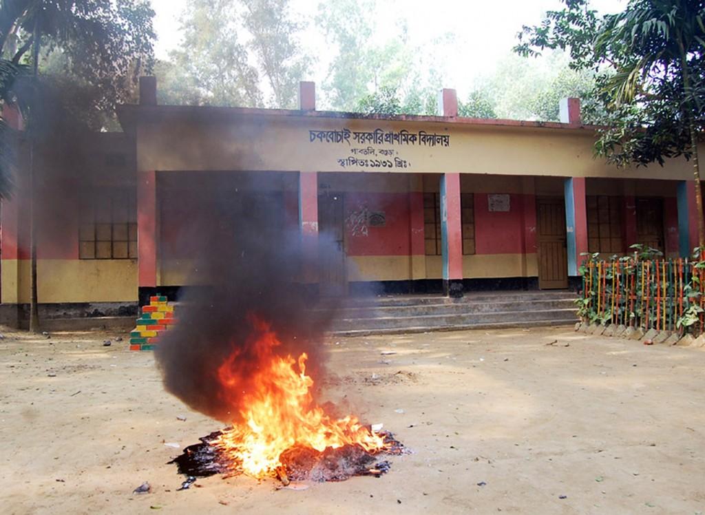Verkiezingsmateriaal in Bogra gaat in vlammen op.
