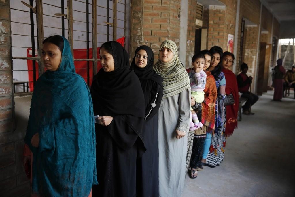 Op sommige plekken werd wel 'gewoon' gestemd, zoals hier in dit stembureau in Dhaka.