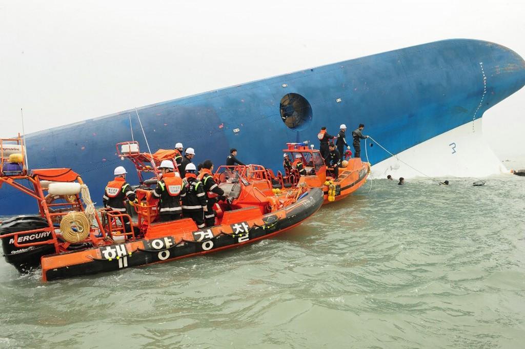 Reddingswerkers komen aan bij het zinkende schip
