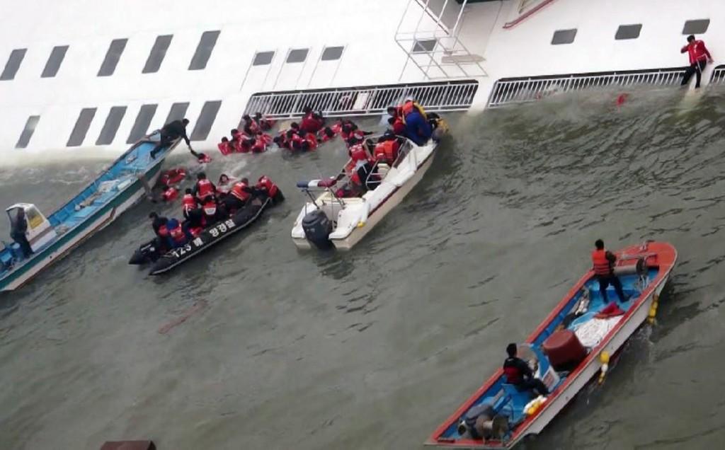 Beelden van de reddingsactie bij het zinkende schip.
