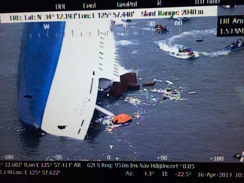 Een helikopter redt enkele passagiers vanaf het schip.