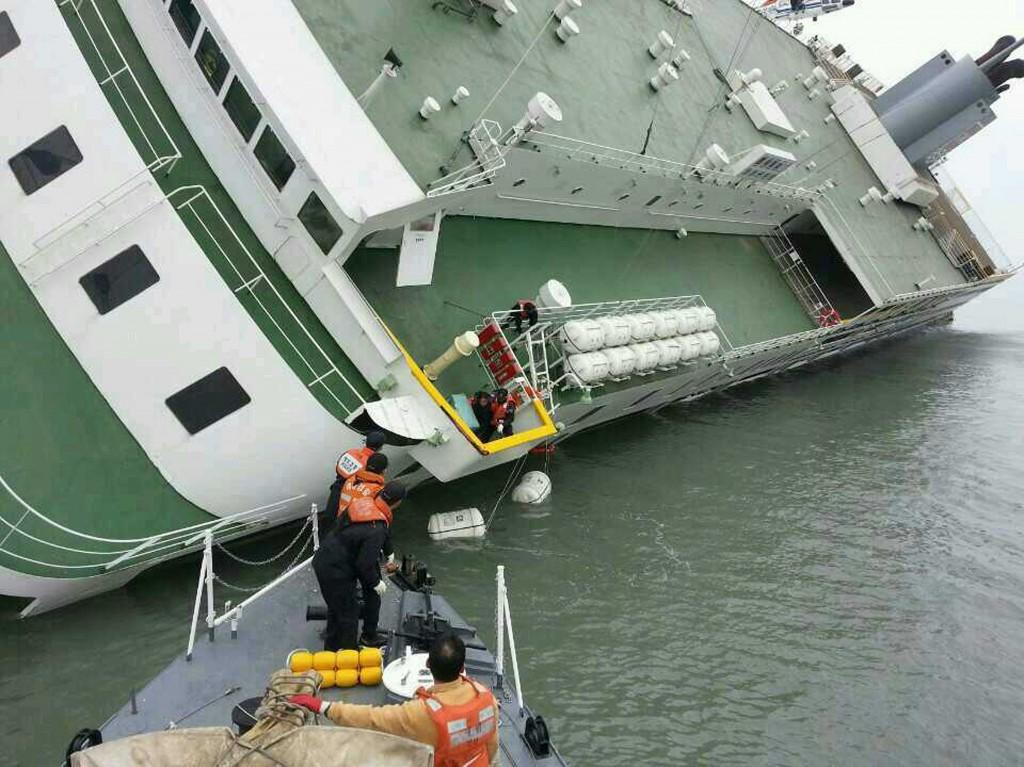 Het schip - nog een stuk boven water, maar op zijn kant - van dichtbij.