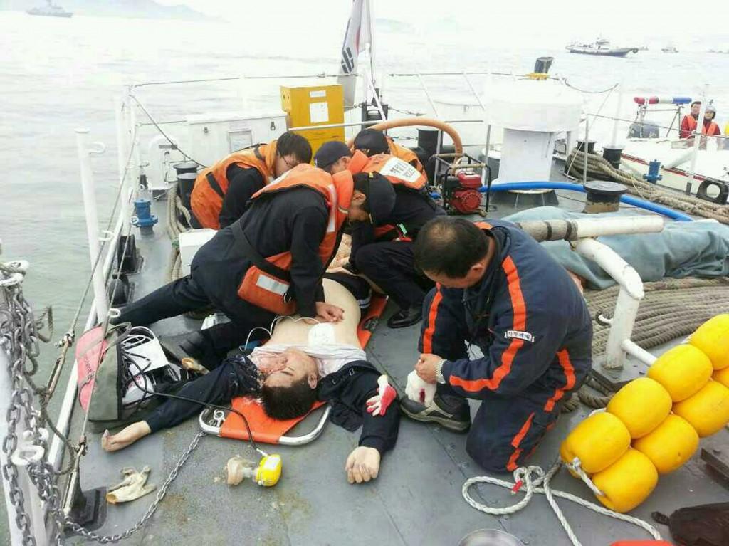 Een van de gewonde passagiers wordt gered.