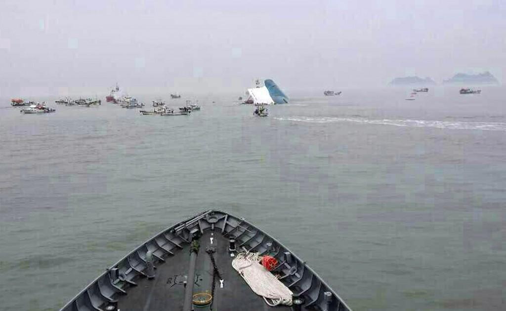 Een deel van het schip steekt boven water uit.