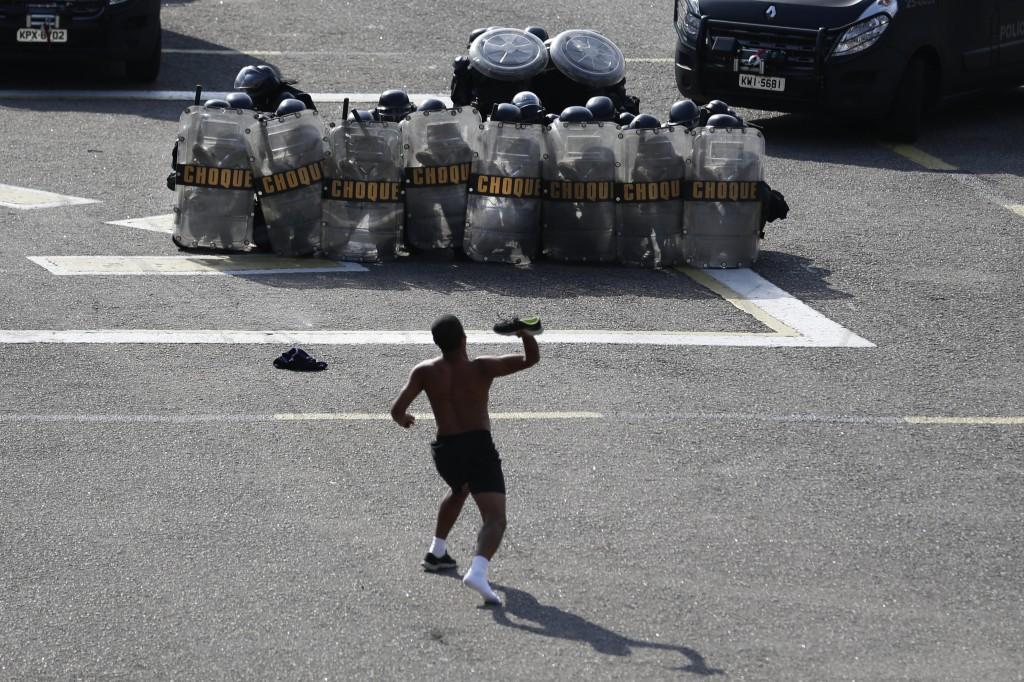 """Een """"demonstrant"""" gooit tijdens een oefening zijn schoen naar de politie."""