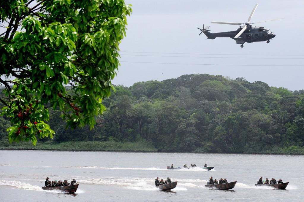 Het Braziliaanse leger oefent met boten en helikopters op de Oiapoquerivier, op de grens tussen Brazilië en Guyana.