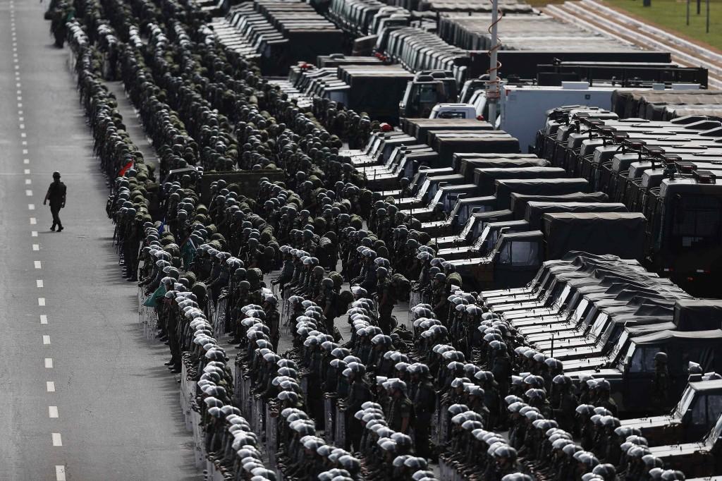 Leden van het Braziliaanse leger, korps mariniers en luchtmacht bij een presentatie over de veiligheidsmaatregelen die gebruikt gaan worden tijdens het WK.