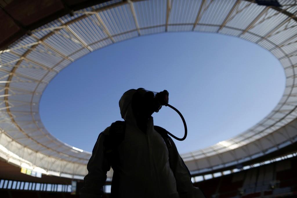Een Braziliaanse soldaat met een gasmasker tijdens een oefening waarbij een chemische en radiologische aanval op het stadion in Brasilia wordt gesimuleerd.
