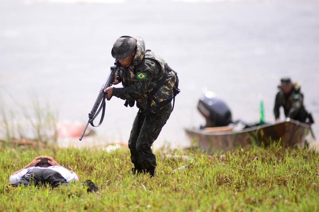"""Het Braziliaanse leger arresteert tijdens een oefening """"een verdachte"""" aan de oevers van de Oiapoquerivier, op de grens tussen Brazilië en Guyana."""