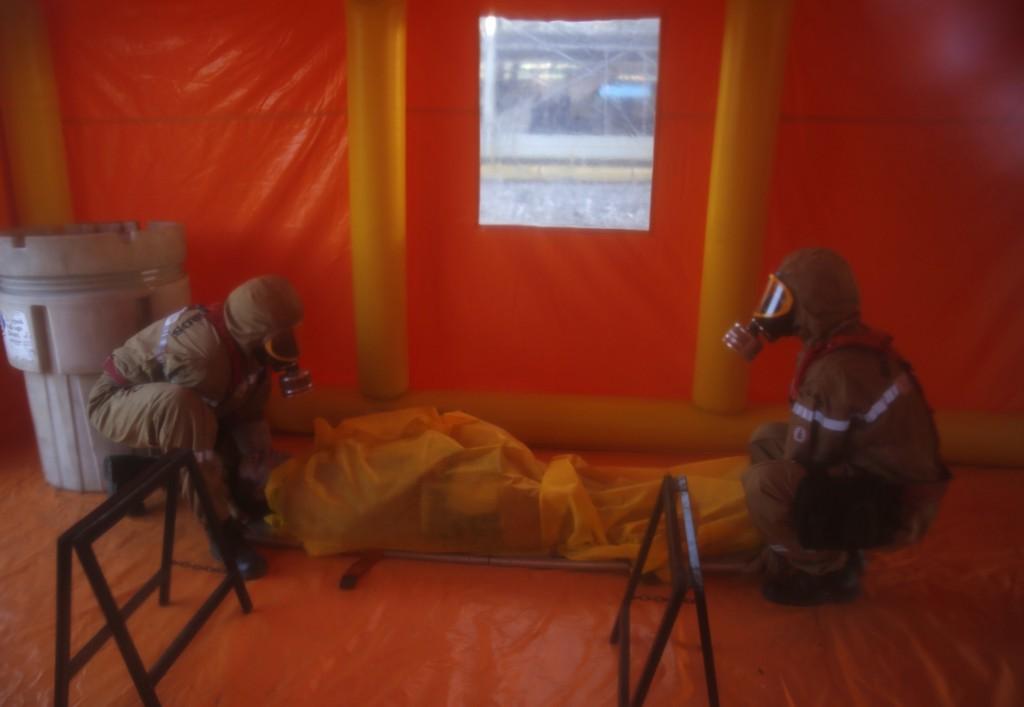 Een oefening met een gewonde in een tent, in de aanloop naar het WK