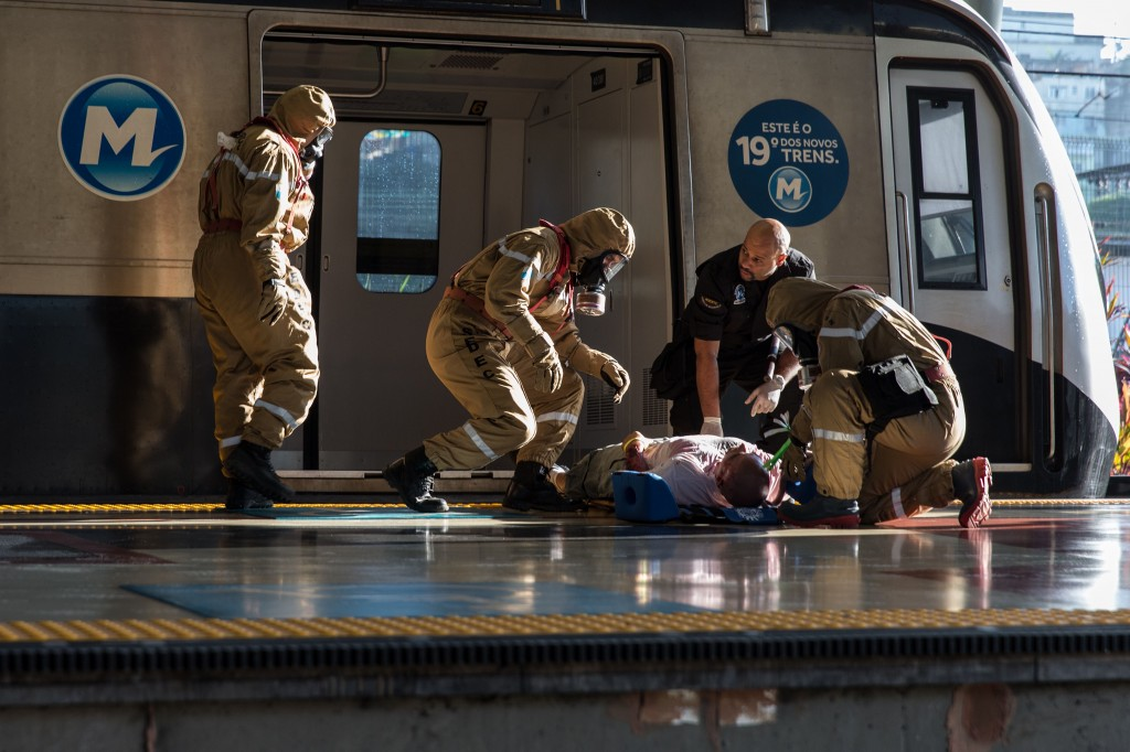 Een oefening in het ontmantelen van een explosief in de metro van Rio de Janeiro.