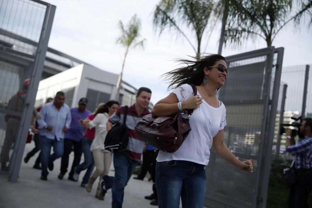 Mensen rennen uit het Maracana-stadion tijdens een evacuatieoefening.