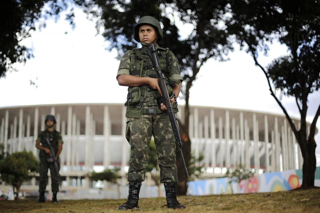 Een Braziliaanse soldaat tijdens een oefening als onderdeel van het veiligheidsplan voor het WK.