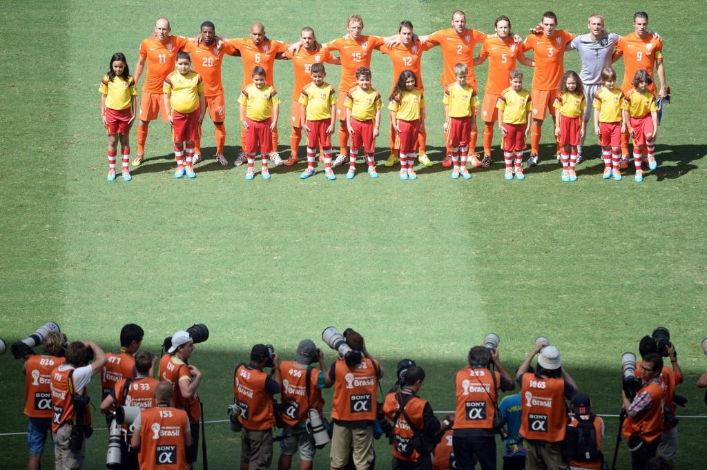 Het Nederlands elftal staat klaar voor het volkslied.