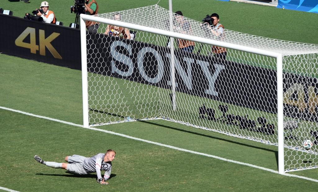 Cillessen kan niet bij de bal van Dos Santos: 0-1.