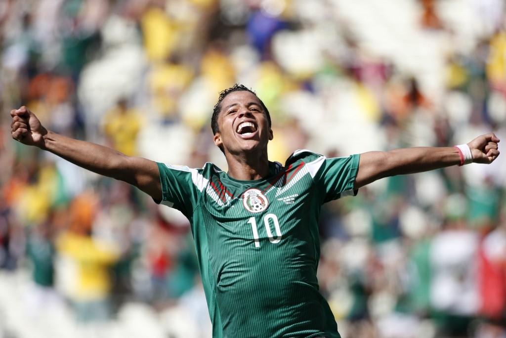 Giovani Dos Santos viert zijn goal.