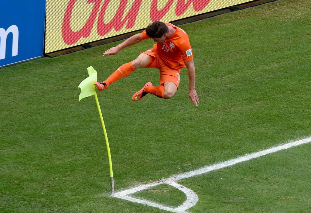 Dé foto. Huntelaar viert zijn goal met een karatetrap tegen de cornervlag.