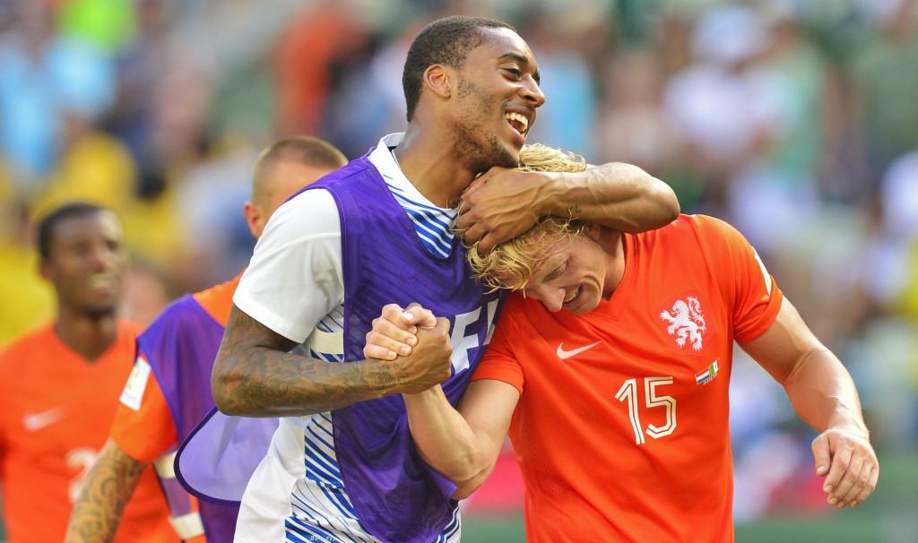 Leroy Fer knuffelt Dirk Kuyt. Kuyt speelde zijn 100ste interland en dat deed hij met verve.
