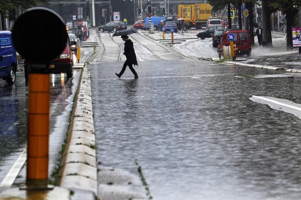 Een straat in Amsterdam is volledig ondergelopen.
