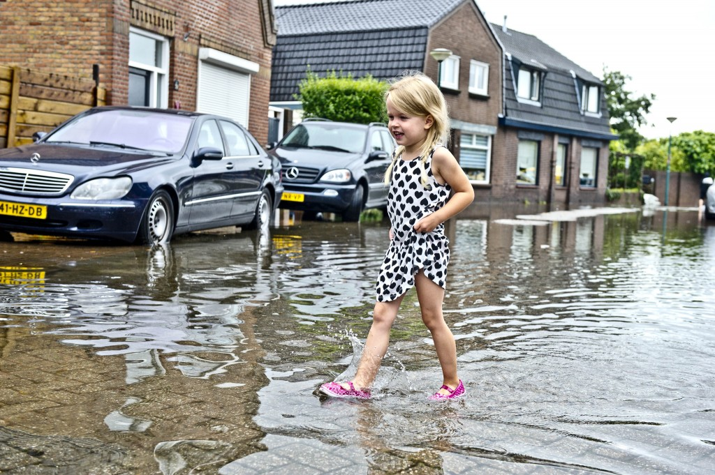 Een meisje loopt over straat in Kaatsheuvel.