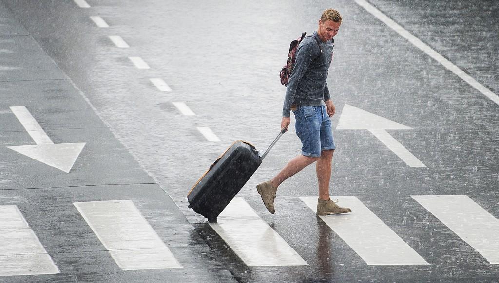 Ook overlast op Schiphol. Veel vluchten zijn vertraagd door onweer en forse regenbuien.