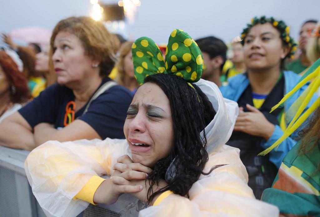 Fans op het strand van Copacabana in Rio de Janeiro