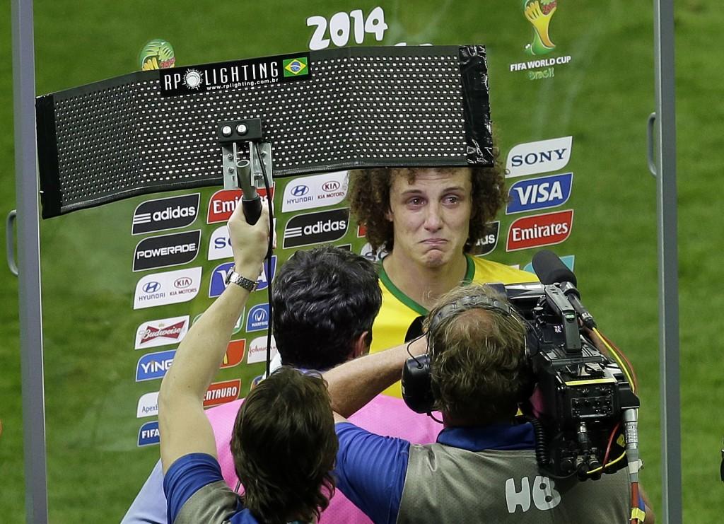 David Luiz kan zijn tranen niet bedwingen tijdens een praatje met de pers achteraf.