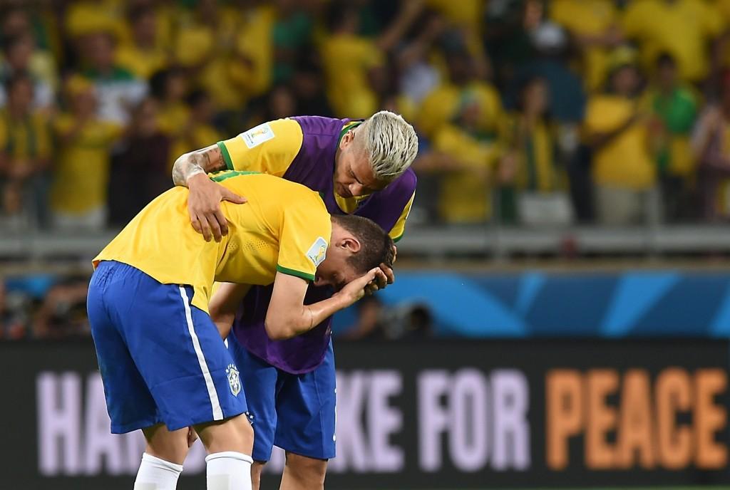 Verdediger Dani Alves troost middenvelder Oscar.