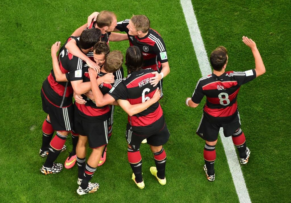 Miroslav Klose (tweede links) viert zijn goal met zijn teamgenoten.