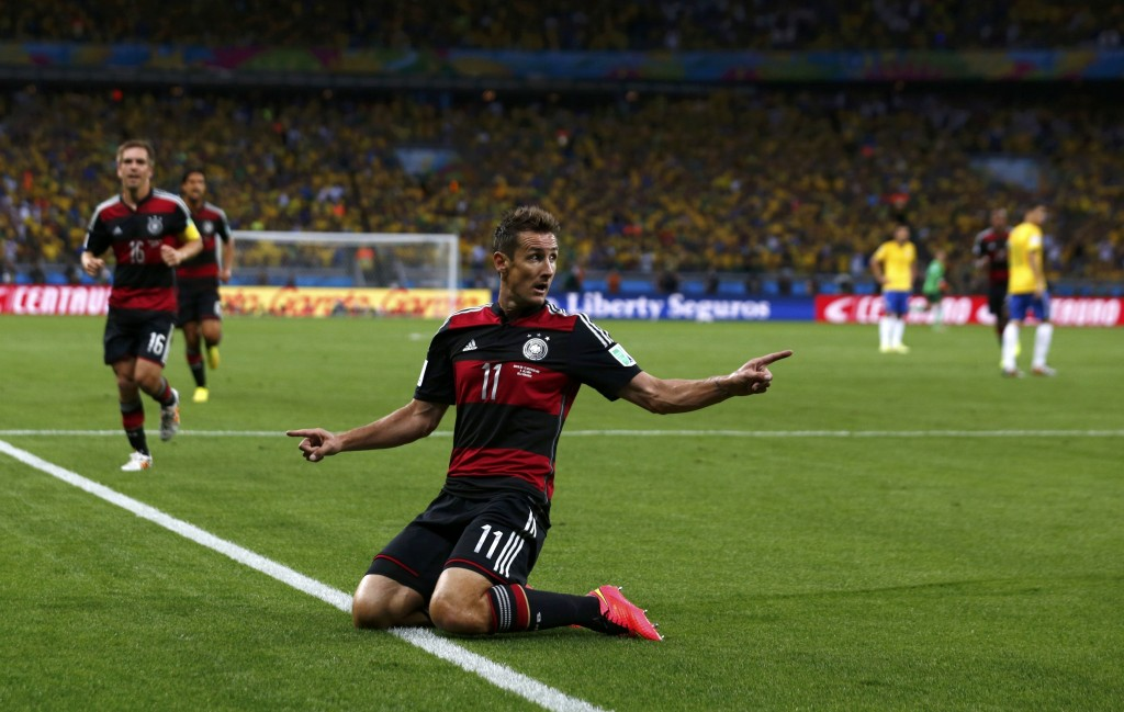 Hij is nu WK-topscorer aller tijden en kan dus ook lachen, Miroslav Klose na zijn 0-2.