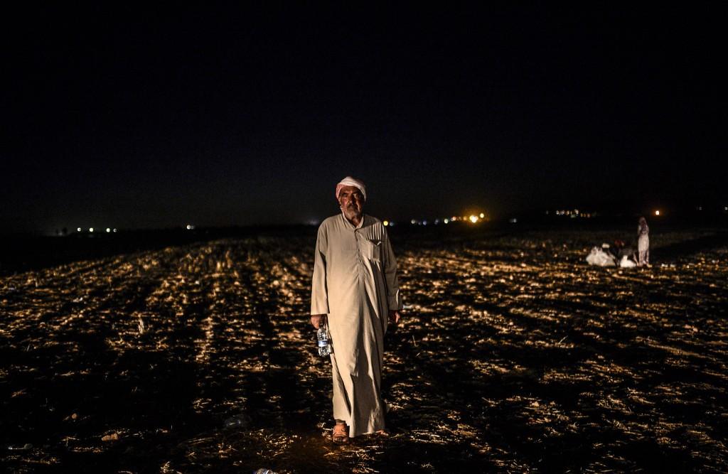 Een Syrische Koerd bij het zuidoostelijke Turkse dorp Suruc nadat hij vanuit Syrië de grens is overgestoken.