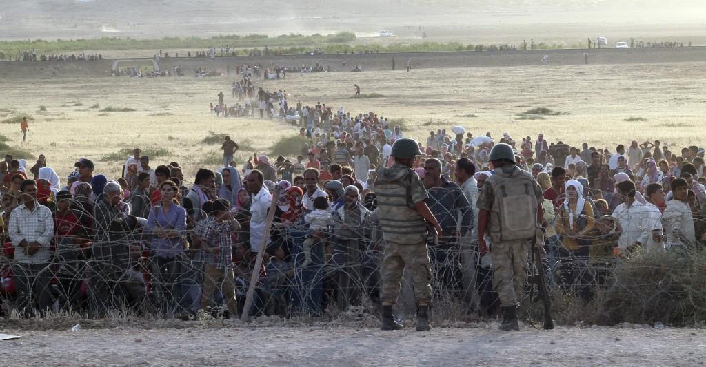 Turkse soldaten aan de ene kant van de grens, een enorme hoeveelheid Syrische Koerden aan de andere kant.