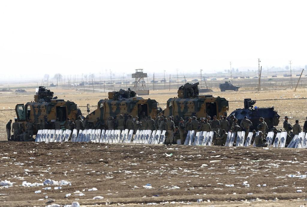 Turkse soldaten bewaken de Turks-Syrische grens.