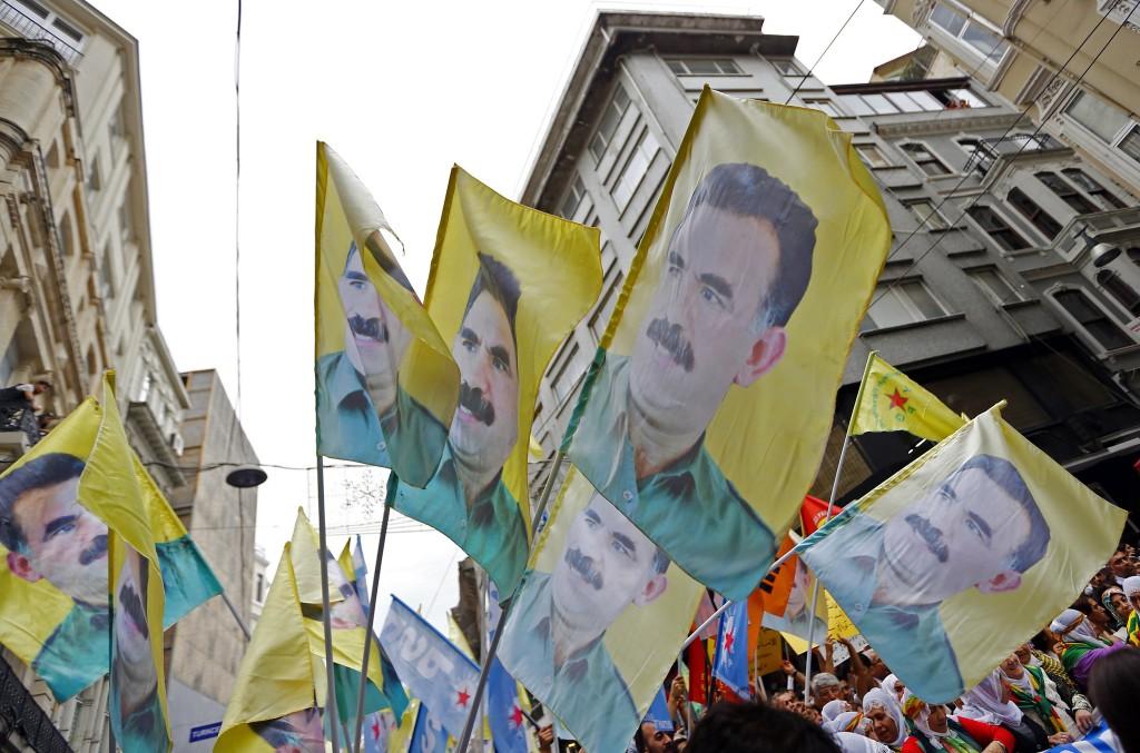 Vlaggen met de beeltenis van Abdullah Ocalan, een van de oprichters van de PKK