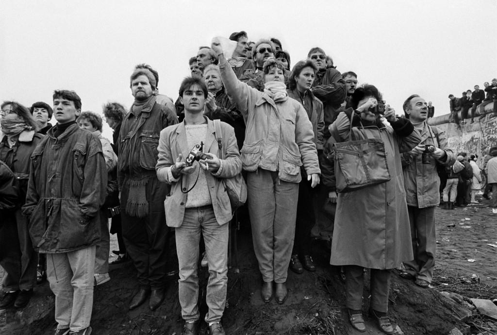 11 november 1989. West-Berlijners staan op de uitkijk naar vrienden en familie.