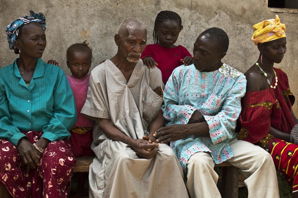 In Meliandou wordt Kissi Dembadouno getroost door familieleden.