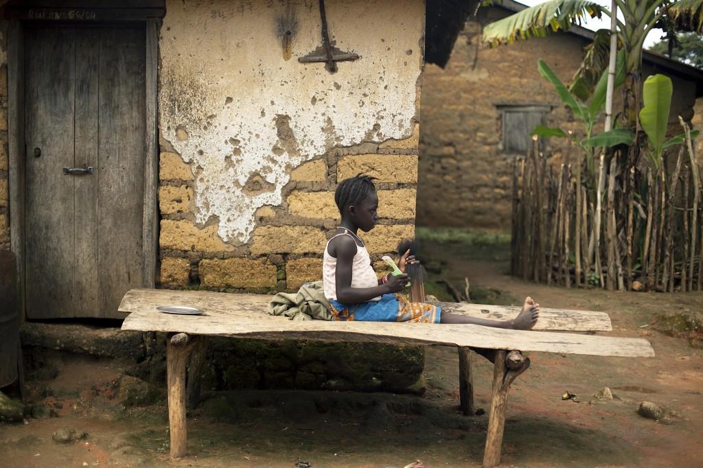 Een jong meisje in Meliandou speelt met haar.