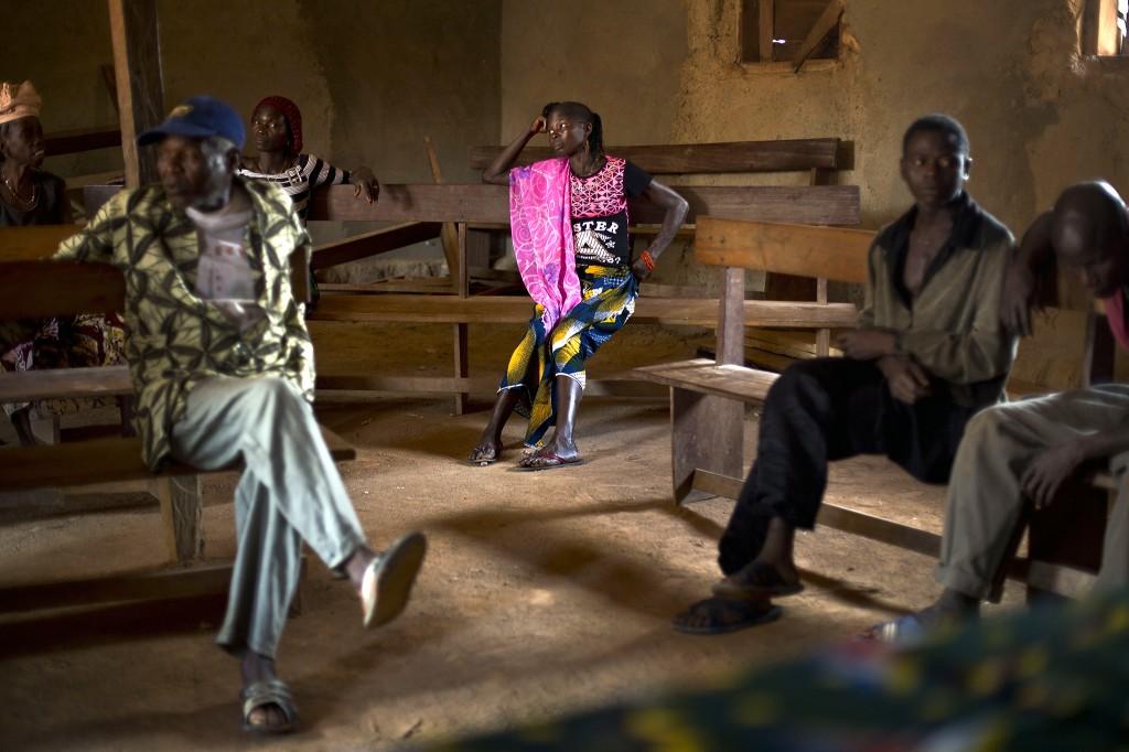 Dorpelingen in het Guinese plaatsje Meliandou luisteren naar het dorpshoofd. Meliandou is berucht als de geboorteplaats en de smeltkroes van het dodelijke Ebola-virus.