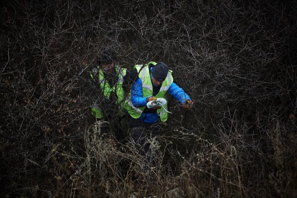 Nederlandse experts bergen persoonlijke spullen van slachtoffers op de rampplek.