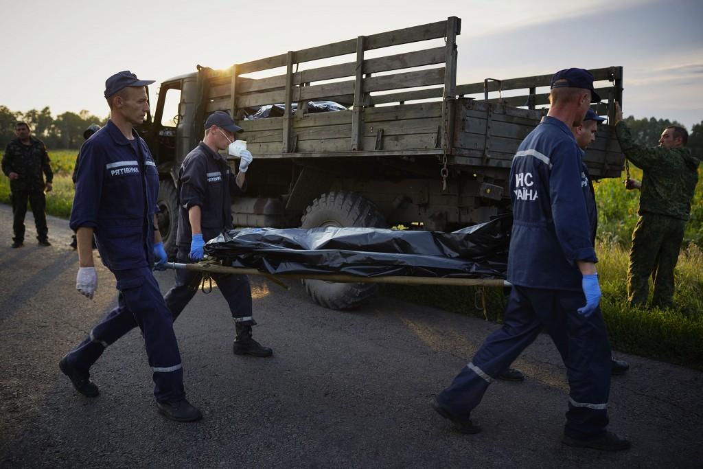 Oekraïense reddingswerkers bergen de stoffelijke overschotten.