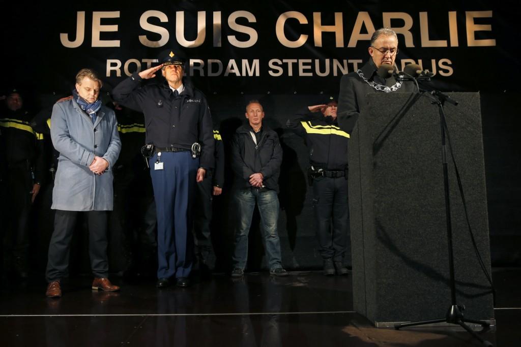 """In Rotterdam sprak burgemeester Achmed Aboutaleb. """"Wij zijn hier omdat de pen en het potlood uiteindelijk de sterkste wapens zijn. Het slechtste wat we nu kunnen doen, is voldoen aan de verwachting van die terroristen: dat we haat en wraakgevoelens tussen bevolkingsgroepen toelaten in onze harten."""""""