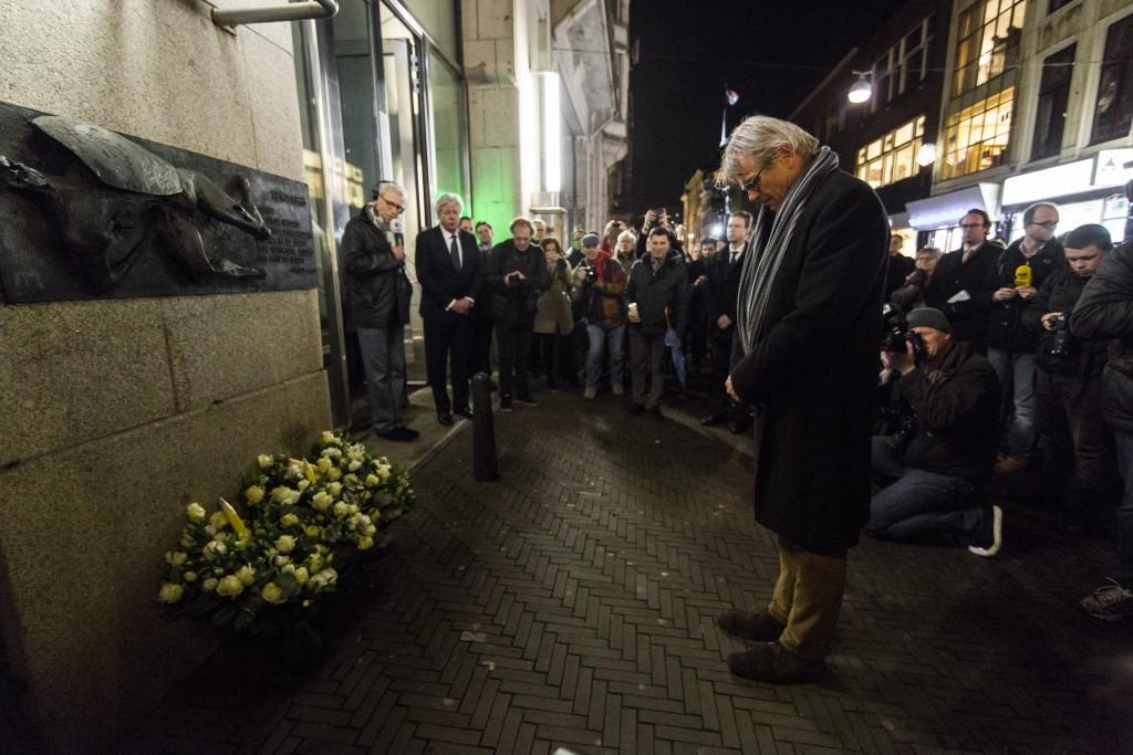 In Den Haag is door mensen bloemen gelegd bij Nieuwspoort, de perssociëteit bij de Tweede Kamer, ter nagedachtenis van de tien redactieleden van Charlie Hebdo die gisteren werd vermoord in Parijs. Hier is Nieuwspoort-voorzitter Lex Oomkes in beeld