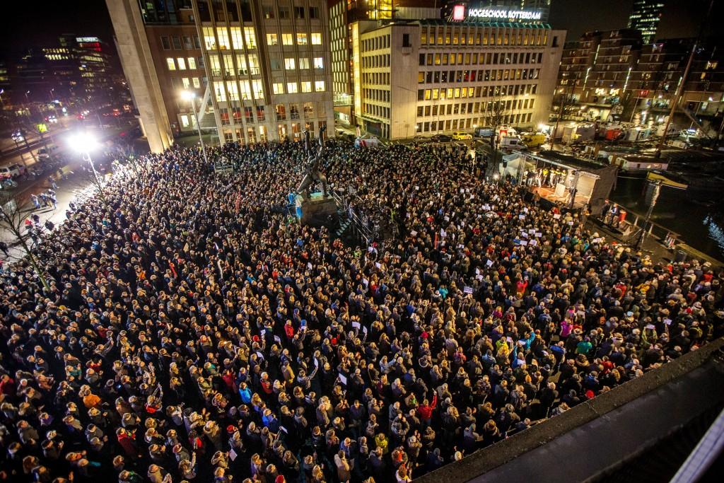 In Rotterdam waren op het Plein 1940 2000 tot 3000 mensen bijeengekomen uit protest tegen de aanslag.