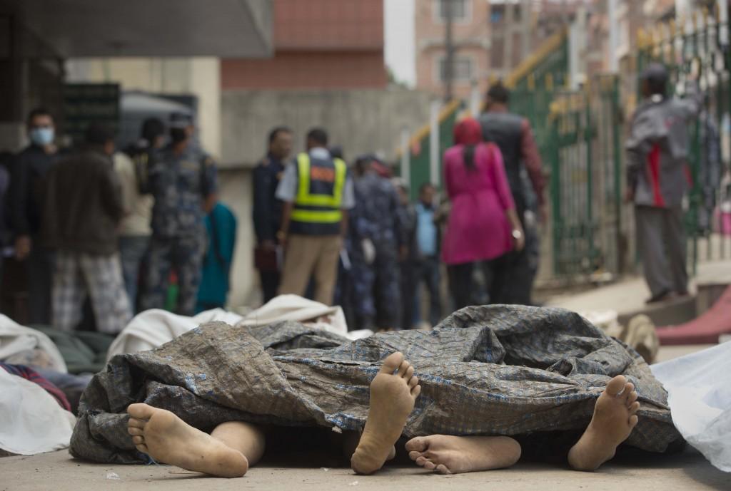Lichamen worden verzameld in een ziekenhuis in Kathmandu.