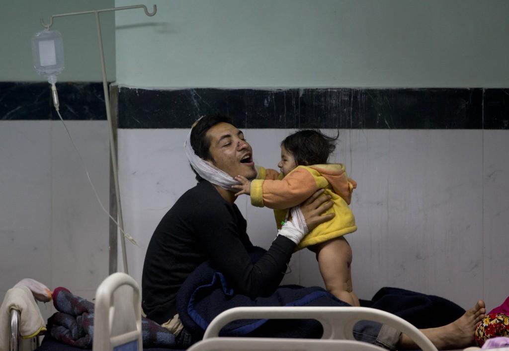 Een Nepalese man speelt met zijn dochter in een ziekenhuis in Kathmandu.
