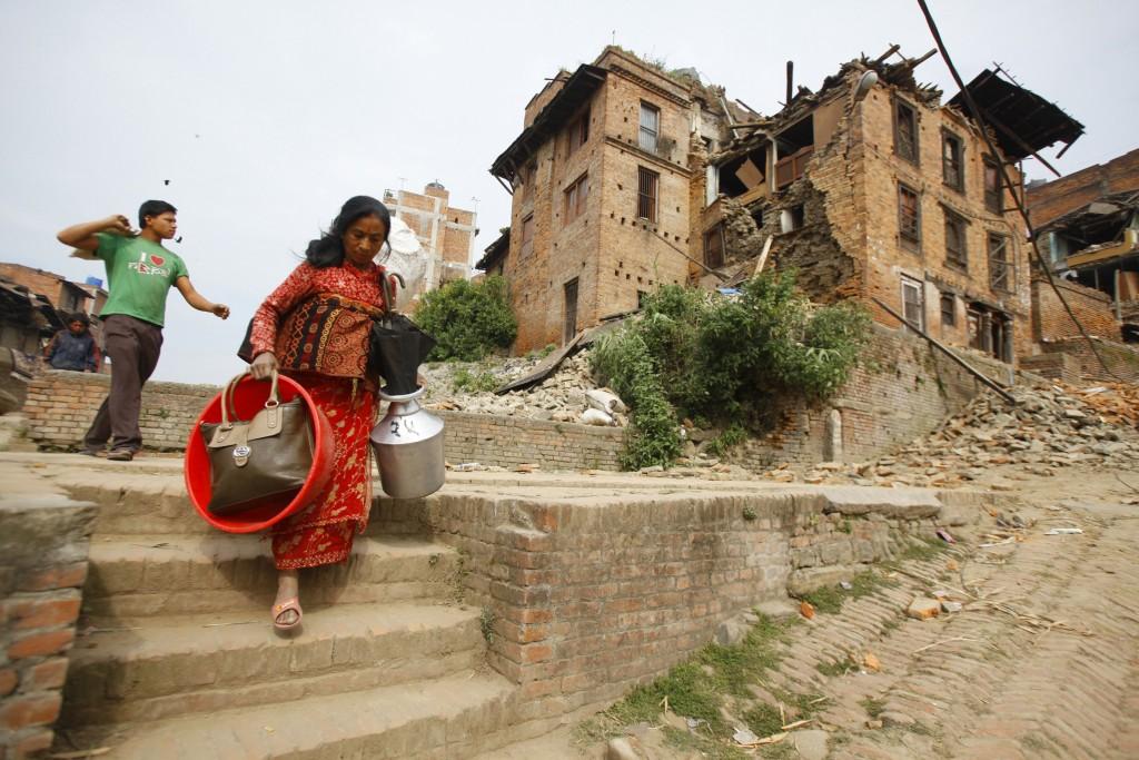 Inwoners pakken hun spullen en evacueren naar een veiliger gebied.
